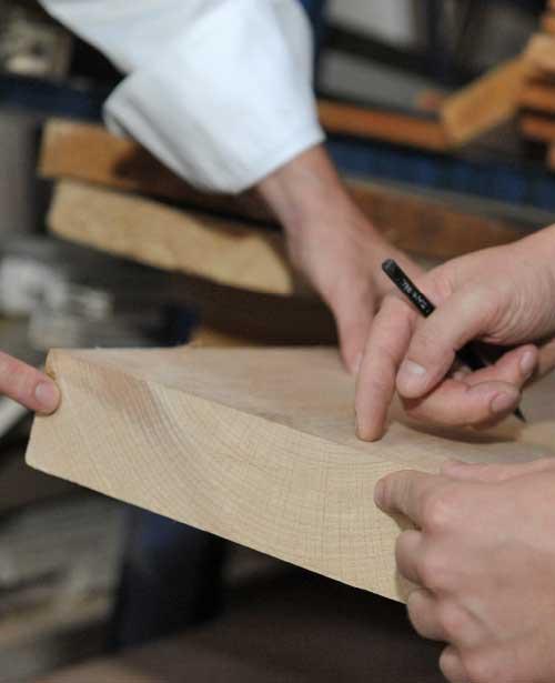 Nahaufnahme Hände Holz