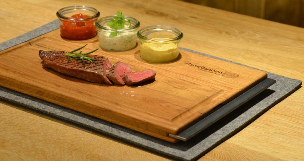 Steak auf Holzschneidebrett